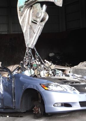 解体業者が廃車からワイヤーハーネスを取り出す様子