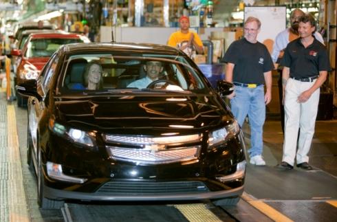 ハムトラムク工場で組み立てられたばかりの「ボルト」に乗車する米国大統領のバラク・オバマ氏