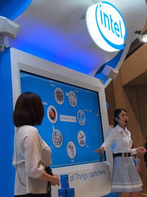 インテルブースの前面ステージで行われたセッションの様子