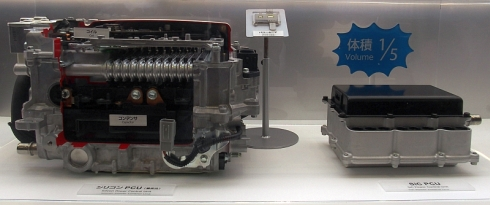 Siパワー半導体を用いた現行のPCU(左)とSiCパワー半導体を用いたPCUのモックアップ