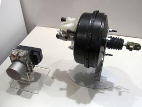 人とくるまのテクノロジー展2014:アドヴィックスがESCユニットを使って回生ブレーキを簡素化、日産が量産採用