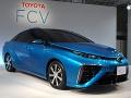 トヨタ自動車が2014年度内に発売するセダンタイプの燃料電池車とトヨタ自動車副社長の加藤光久氏