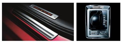 「ランエボX」の6速ツインクラッチSST搭載モデルを購入時に贈呈されるアクセントスカッフプレート(左)とシフトパネルに装着されるシリアルナンバー入りプレート