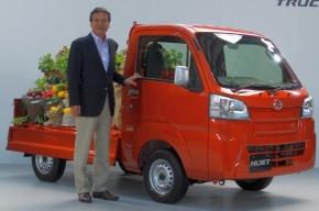 新型「ハイゼット トラック」とダイハツ工業の三井正則氏