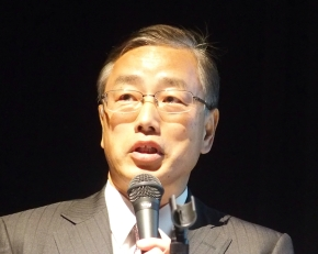 「第1回グリーンイノベーションシンポジウム」で講演する日産自動車の飯山明裕氏