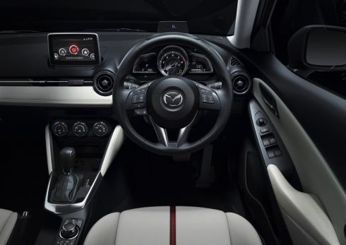 新型「デミオ」の運転席周辺の様子