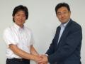 ユビキタス社長の佐野勝大氏(右)とミラクル・リナックスの副社長で執行役員本部長の伊東達雄氏(左)