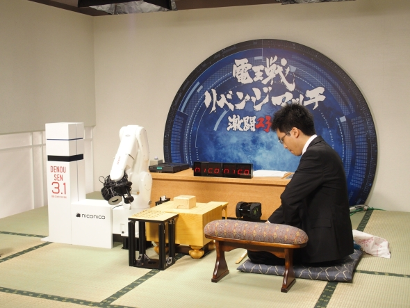 対局前に向かい合う「電王手くん」とプロ棋士の菅井竜也氏