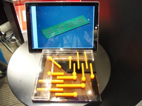 「FlatPlug SR」を適用したパッケージ基板(上)と構造のイメージ