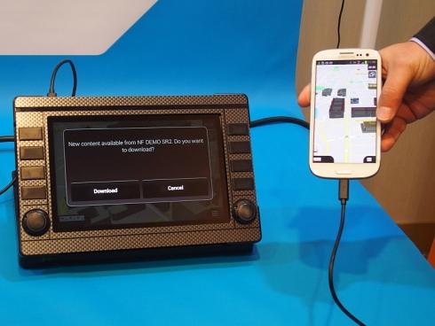「NavFusion」による車載情報機器とスマートフォンの連携の例