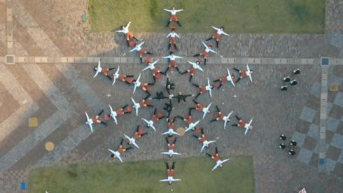 「UNI-CUB β」に乗ってパフォーマンスする「OK Go」のメンバー(中央)とダンサー
