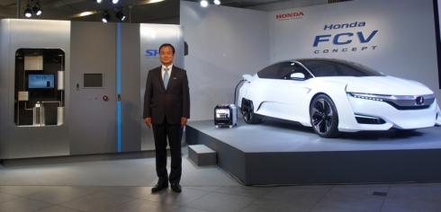 ホンダの伊東孝紳氏と「Honda FCV CONCEPT」(右)、「スマート水素ステーション」のモックアップ(左)