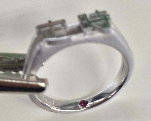 指輪の内側にはルビーが