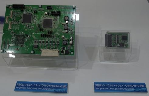 CAN/CAN FD両対応のインタフェースを7チャネル搭載するゲートウェイECU(写真内右)とさらにイーサネットのインタフェースを6チャネル搭載するゲートウェイECUの基板(写真内左)