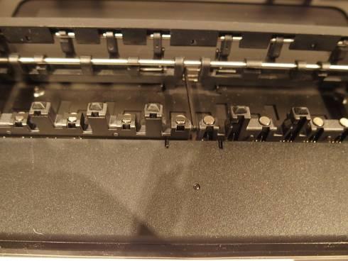 鍵盤の裏側の磁石と対になるように、本体側にも磁石が設置されている