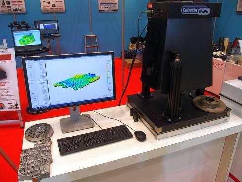 丸紅情報システムズが展示していた「ShaPix1500」とバルブボディの測定結果