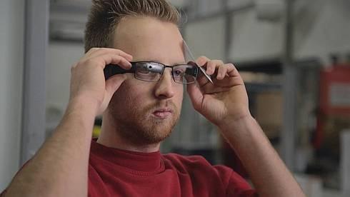 倉庫内の従業員はスマートグラスを装着してピッキング作業を行う