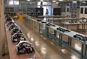 南相馬工場の「マッスルスーツ」の量産ライン