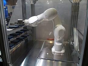 川崎重工業のブース内で展示されていた一般的な6軸ロボット