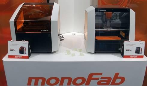 ローランドDGの東京クリエイティブセンターに展示されている「monoFab」の2製品