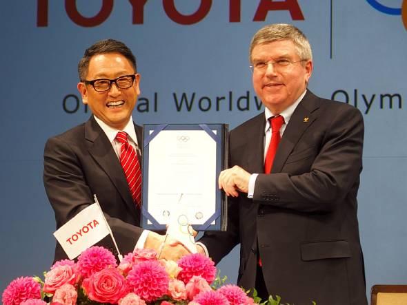 発表会でTOPパートナー契約に調印したトヨタ自動車社長の豊田章男氏(左)とIOC会長のトーマス・バッハ氏(右)