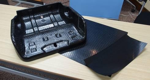 「Ultracom」で製造した繊維強化複合材の部品と熱可塑性プリプレグ