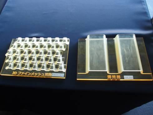 3Dファインメッシュ流路(左)と従来の溝流路(右)の模型による比較