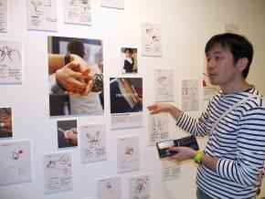 「Intimate展」の展示を説明するIAMASの小林茂氏