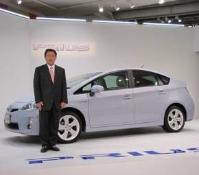 2009年5月に発表された3代目「プリウス」とトヨタ自動車の豊田章男氏