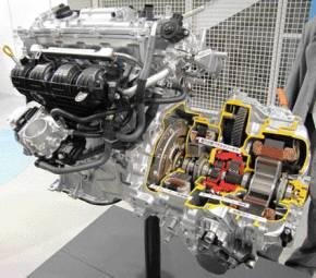 3代目「プリウス」のパワートレインは、排気量1.8lエンジン「2ZR-FXE」と「リダクション機構付のTHS II」の組み合わせになっている