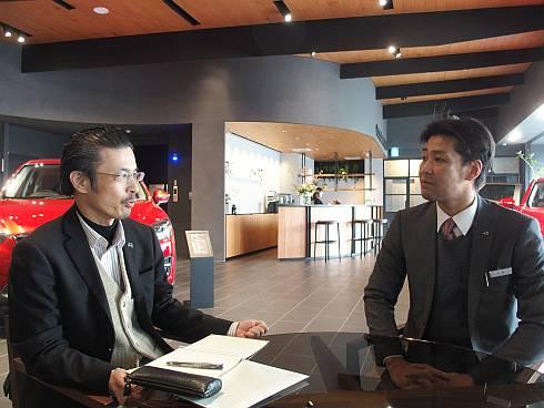 目黒碑文谷店で片桐氏(右)にインタビューする筆者(左)