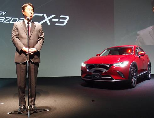 「CX-3」を発表するマツダの小飼雅道氏