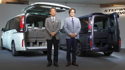 ホンダの峯川尚氏(左)と新型「ステップワゴン」の開発責任者を務めた本田技術研究所の袴田仁氏(右)