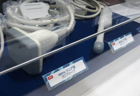 「8MHzリニア型3D超音波プローブ」(左)と「6MHzTV型3Dプローブ」(右)