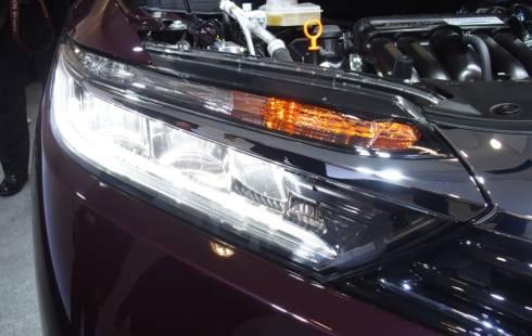 「シャトル」のインライン型LEDヘッドランプを点灯した状態