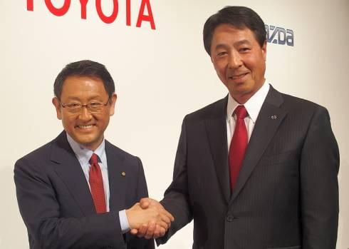 トヨタ自動車の豊田章男氏(左)とマツダの小飼雅道氏(右)