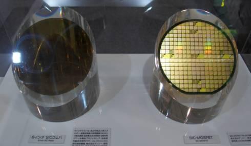 バルクの6インチのSiCウエハー(左)と8cm角のSiC-MOSFETを作り込んだ6インチSiCウエハー