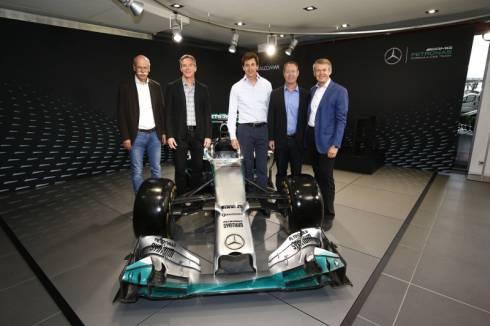 ダイムラー、クアルコムの経営陣と「メルセデスAMGペトロナス」のF1レースカー