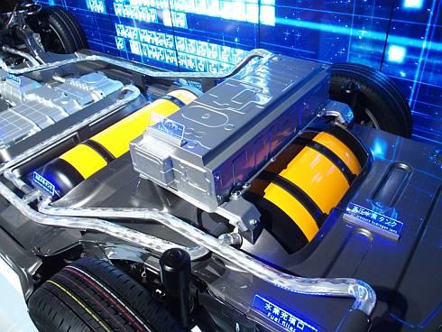 「ミライ」の後部座席とトランクの床下に収められている高圧水素タンク