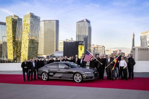 アウディがカリフォルニア州サンフランシスコからネバダ州ラスベガスまで560マイルの自動運転に成功した際の記念写真