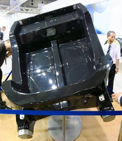 マクラーレン「MP4-12C」のモノコックを展示するムベアカーボテック