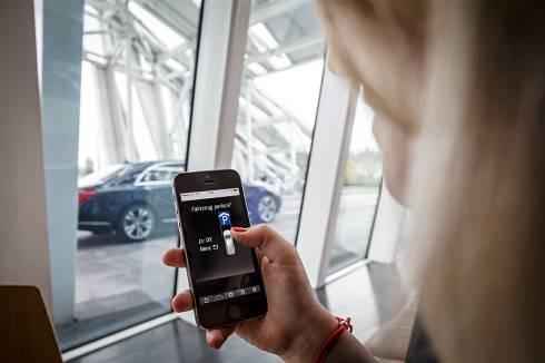 ダイムラーとボッシュが開発中の自動駐車技術のイメージ