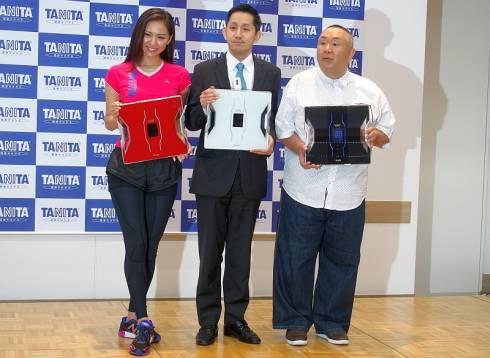 「デュアルタイプ体組成計」を持つタニタの谷田千里氏(中央)