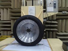 無響室における「GR-XI」から発生する高周波音の測定の様子