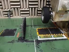 ドラム試験機のドラム表面に2種類の路面が用意されている