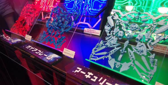 製品イメージに近い青色・赤色・緑色の樹脂で出力された3Dプリンタ製の試作品