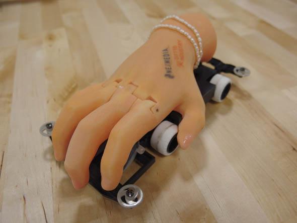 ネクスメディアとギフトテンインダストリの混成チームが製作したカスタムミニ四駆「THE HAND」