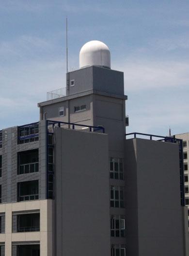 大阪大学吹田キャンパスに設置中のフェーズドアレイ気象レーダー