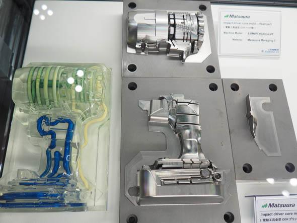 3パーツの電動工具の金型。温調のための水管を内部に張り巡らせている