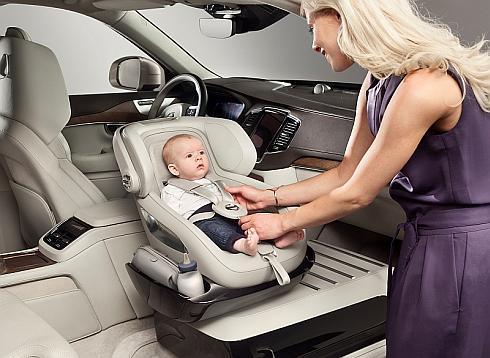 「エクセレンスチャイルドシートコンセプト」は時計回りで回転させられるので子どもの乗り降りが容易だ